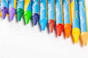 Wachsmalstifte in verschiedenen Farben mit weißem Hintergrund