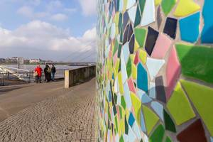 Wand mit bunten Kacheln am Rheinufer in Düsseldorf