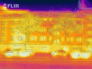Wärmebild einer Autokolonne und eines Gebäudes im Hintergrund - FLIR Infrarotkamera / iPhone