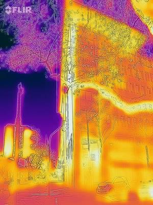Wärmebild eines Baums und eines Gebäudes im Hintergrund - FLIR Infrarotkamera / iPhone