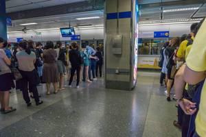 Warteschlangen in der Bangkoker U-Bahn wärend der Rush Hour