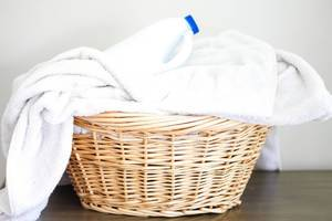 Wäschekorb mit weißen Handtüchern