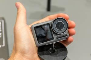 Wasserdichte Actionkamera: Osmo Pocket Action Cam mit zwei Bildschirmen, in einer Männerhand
