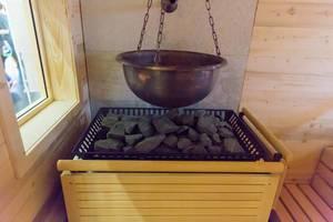 Wassereimer und Herd in einer Sauna - FIBO Köln 2018