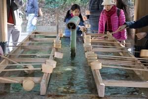 Wassertassen für das Reinigungsritual im Meiji-Schrein, Tokyo