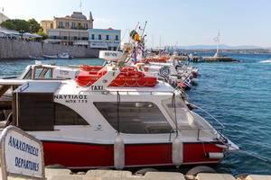 Wassertaxis im griechischen Hafen auf einem Nebenmeer der Ägäis, zum Inselhopping für Touristen und Einheimische