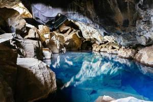 Water cave under the volcano / Wasser Höhle unter dem Vulkan