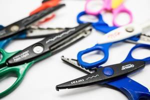Wave shape cutting scissor focused