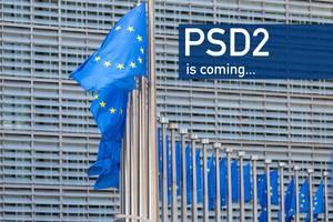 Wehende Europaflaggen und Text PSD2 kommt ... - Neue Regeln für Onlinebanking