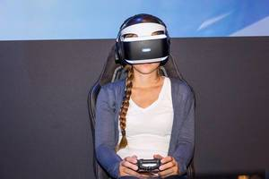 Weibliche Spielerin benutzt Playstation VR