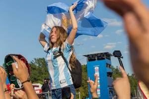Weiblicher Fußballfan mit argentinischer Flagge