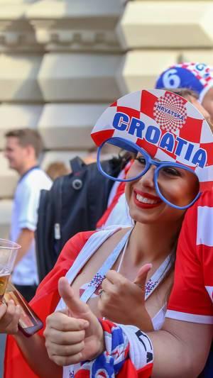Weiblicher kroatischer Fußballfan mit riesiger Brille