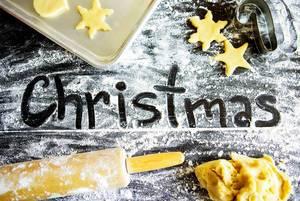 Weihnachst-Bäkerei  - Christmas Schriftzug in Mehl mit Plätzchenteig und einem Backblech
