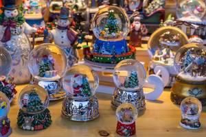 Weihnachtliche Schneekugeln, Weihnachtsmänner und Schneemänner mit Zylinderhut