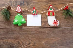 Weihnachts Dekoration mit Faden auf braunem Holz Hintergrund mit-Freiraum für eine Notiz