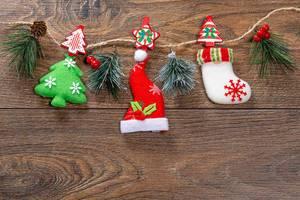 Weihnachts Dekoration mit Faden auf braunem Holz Hintergrund und Tannenzweigen