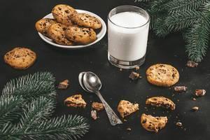 Weihnachts Hintergrund mit einem Glas Milch und hausgemachter Schokoladen Kekse