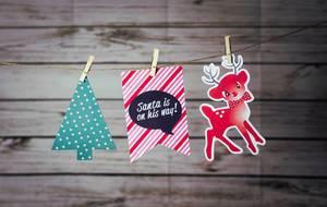 """Weihnachtsbanner """"Santa on his way"""" und Weihnachtsdeko mit Klammern an Leine befestigt"""