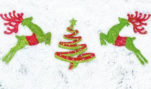 Weihnachtsbaum mit Rentieren auf Schnee