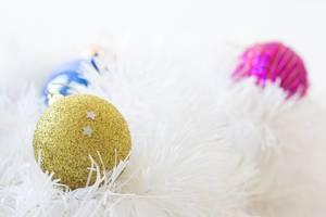 Weihnachtsbaumkugeln verschiedener Farben auf weißem Weihnachtsbaumschmuck