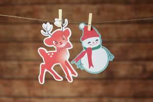 Weihnachtsdeko Rentier und Schneemann mit Klammern an Leine befestigt