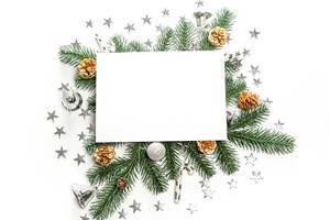 Weihnachtsdeko und Tannenzweige: Hintergrund mit leerer Fläche für Text in der Mitte