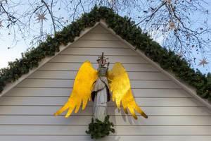 Weihnachtsdekoration, kunstvoller Engel aus Metall mit Flöte am Kölner Neumarkt