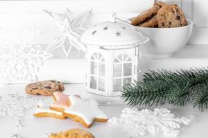 Weihnachtsdekoration mit Tannenzweigen, Laterne und Lebkuchen