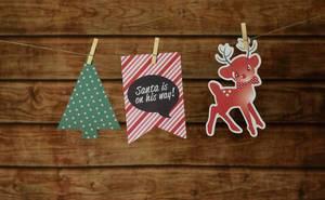 Weihnachtsdekoration und Weihnachtsbanner mit Klammern an Leine befestigt