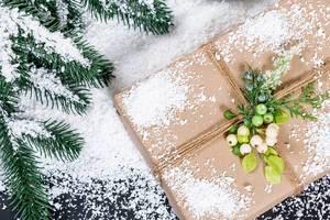 Weihnachtsgeschenk mit Mistelzweig und Schnee