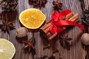 Weihnachtsgewürze - Zimt, Sternanis, Muskatnuss, Nelken und Orangenscheibe