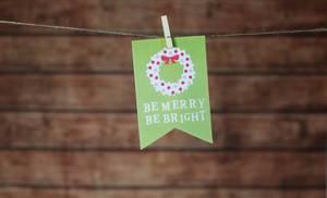 """Weihnachtskarte """"Be merry, be bright"""" hängt mit Klammer an Leine"""