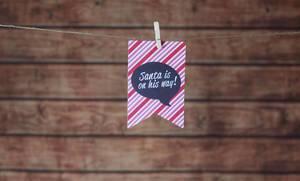 """Weihnachtskarte """"Santa is on his way"""" mit Holz im Hintergrund"""