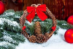 Weihnachtskranz aus Tannen Zapfen und Zweigen mit roter Schleife