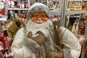 Weihnachtsmann in weißer Kleidung - IAW Köln 2018