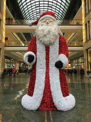 Weihnachtsmann vor Mall of Berlin