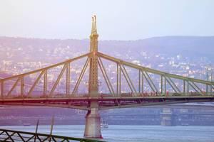 Weihnachtsmänner laufen auf der Freiheitsbrücke über der Donau, in Budapest, Ungarn