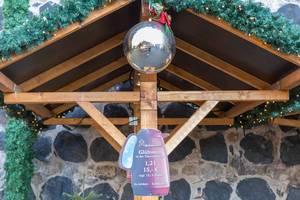 Weihnachtsmarktstand mit Werbetafel für Glühwein in Form einer Thermoskanne an Aachener Straße