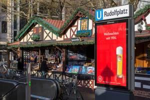 Weihnachtsmarktstände in Form von Fachwerkhäusern vor U-Bahn am Rudolfplatz in Köln