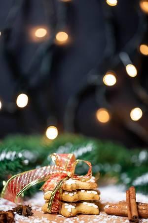 Weihnachtsplätzchen in Sternform mit Schleife und Zimtstangen