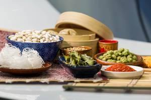 Weisse Bohnen, Glasnudeln, Wasabi Nüsse und Chilipulver in Porzellan Geschirr