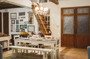 Weiß bemalter, gedeckter Esstisch mit Stühlen und Sitzbank in Ferienhaus