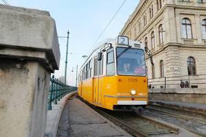 Weiß-Orange Tram mit Lokführerin in Budapest, Ungarn