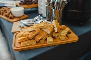 Weißbrot mit Kräutern, in Scheiben geschnitten, auf einem Holzbrett