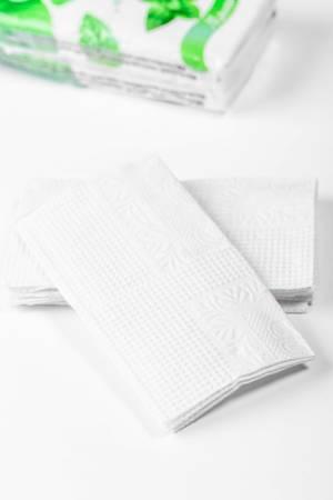 Weiße gefaltete Taschentücher auf weißem Untergrund