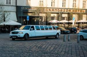 Weiße Nobel-Limousine in der Stadt Brünn, Tschechien