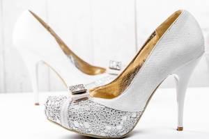 Weiße und goldene Hochzeitsschuhe mit hohem Absatz
