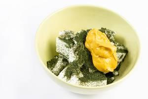 Weißer Käse mit Dill-Kräuter und Senf in einer Schale auf weißem Untergrund