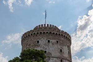 Weißer Turm von Thessaloniki bei bewölktem Himmel