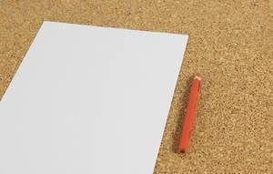 Weißes Blatt Papier mit rotem Bleistift